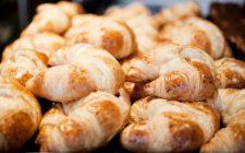 La pasta brioche sfogliata da farcire per i cornetti della colazione