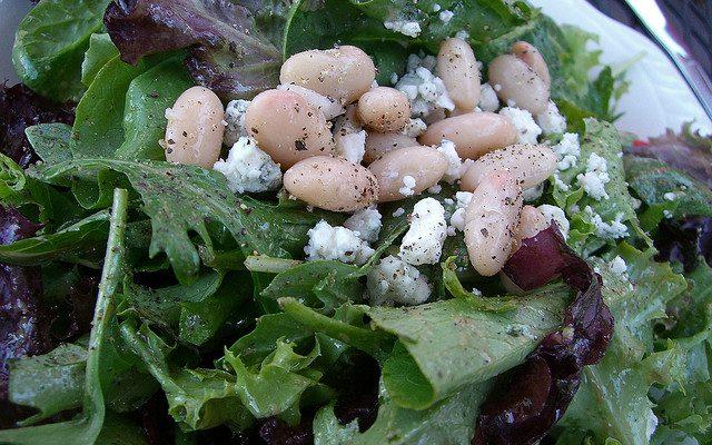 L'insalata fredda di fagioli con cannellini e bianchi