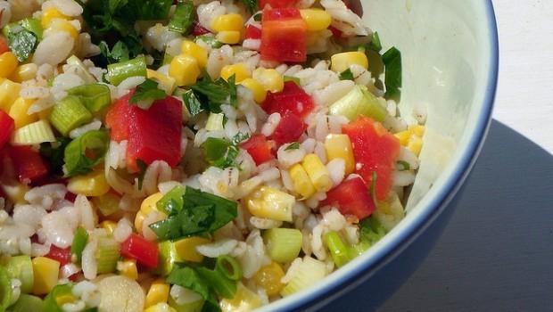 L'insalata fredda di orzo in una semplice ricetta estiva