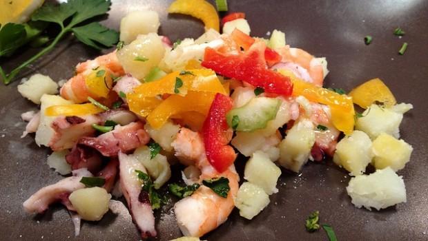 L'insalata fredda di pesce, l'antipasto per il buffet estivo