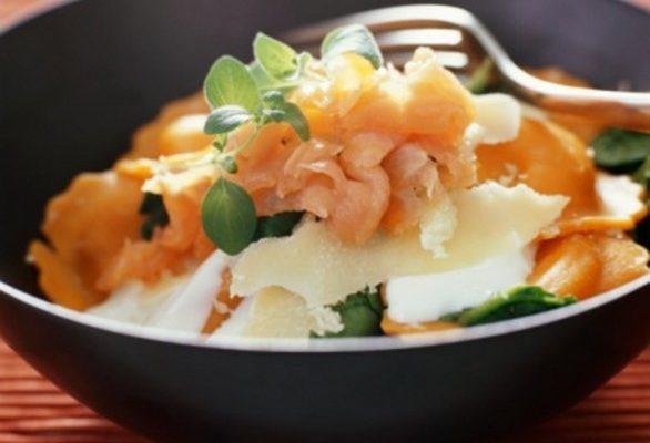 Le mezzelune al salmone e erba cipollina, la ricetta spiegata passo per passo