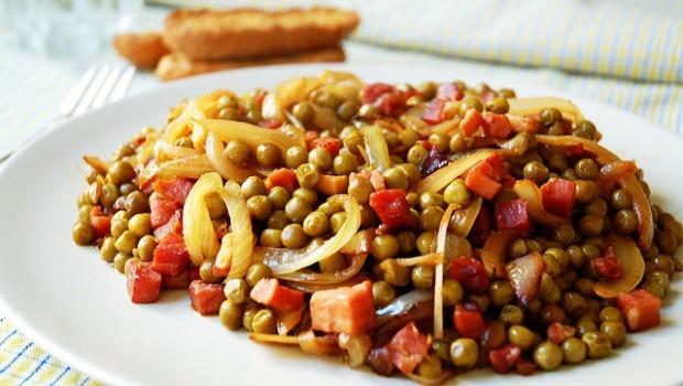 Piselli e prosciutto, la ricetta del contorno facile ma gustoso