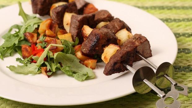 Gli spiedini al forno con patate per una cena in terrazza