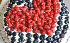 Come fare la torta con i frutti di bosco e panna