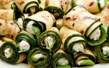 Gli involtini di zucchine grigliate con robiola e philadelphia