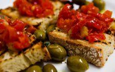 Come fare le bruschette al pomodoro con la ricetta mediterranea