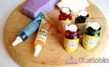 Come colorare la pasta di zucchero con coloranti liquidi, naturali ed in polvere