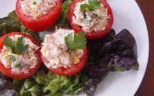 I pomodori ripieni di tonno, la ricetta light per l'estate