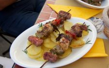 La ricetta degli spiedini di carne da fare alla griglia, in padella o al forno