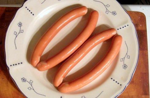 Gli spiedini di wurstel e formaggio da fare con il grill o in padella