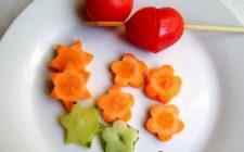 Gli spiedini per bambini con verdure e carne dalle forme divertenti