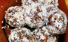 La ricetta dei tartufi al cocco da offrire agli ospiti