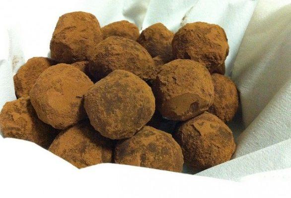 La ricetta dei tartufi al cioccolato con biscotti