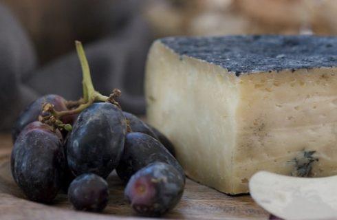 Gli spiedini con uva e formaggio, ecco la ricetta per lo sfizio da aperitivo