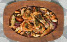 Coscette di pollo in padella con patate e peperoni, la ricetta veloce
