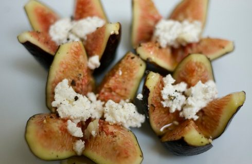 Come fare i fichi ripieni con noci e formaggio da servire agli ospiti