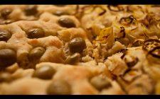 La focaccia con le olive da fare con la ricetta veloce