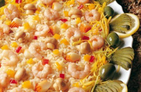 L'insalata di riso con salmone affumicato e gamberetti
