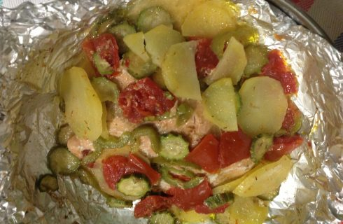La ricetta del filetto di salmone al cartoccio con patate e verdure