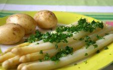 La sfogliata con asparagi e patate per uno sfizioso antipasto