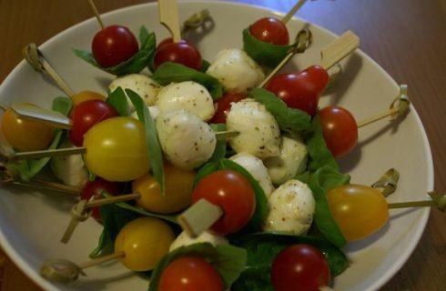 5 idee per gli spiedini di mozzarella da servire per l'antipasto