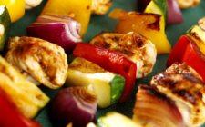 Gli spiedini di tacchino al forno con verdure, la ricetta veloce