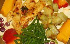 Gli straccetti di pollo al forno con patate e rosmarino