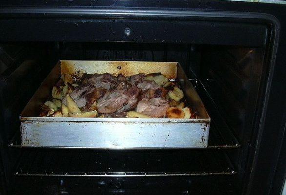 La ricetta dell'agnello al forno con patate