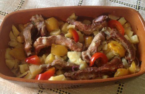 Costine di maiale con patate e peperoni, ecco la ricetta da preparare al forno