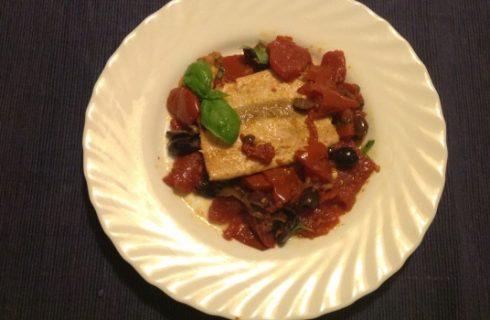 Il filetto di salmone al forno con pomodorini, ecco la ricetta facile