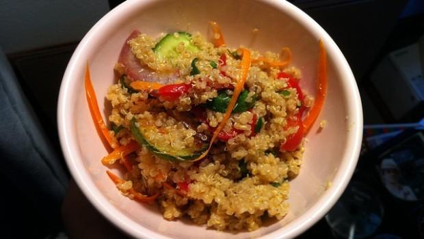 Ecco l'insalata di quinoa e verdure con la ricetta light