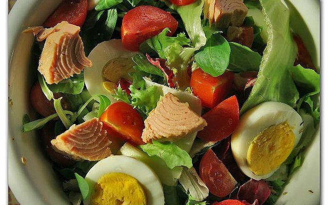 L'insalata di tonno e pomodori da servire nel pranzo estivo