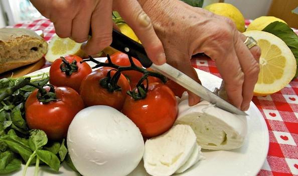 Le ricette per il rotolo di mozzarella farcito da servire come antipasti freddi