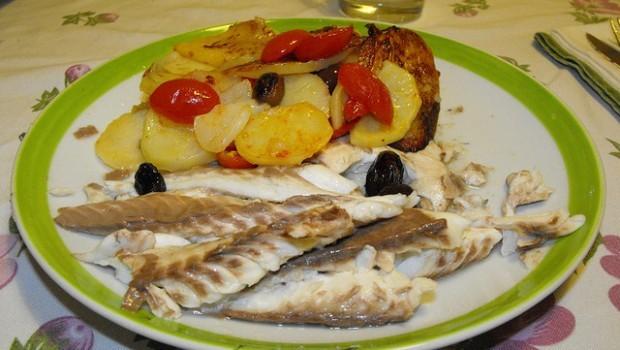 L'orata al cartoccio con patate e pomodorini: ecco la ricetta gustosa