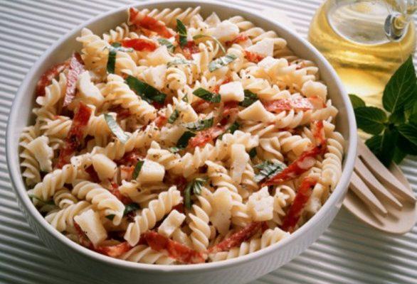 La ricetta estiva della pasta fredda in insalata