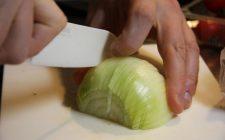 Come fare per tagliare la cipolla senza piangere: metodi e trucchi facili da seguire