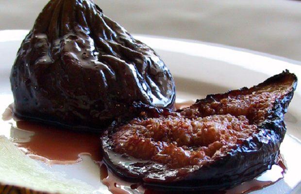 La torta al formaggio e fichi caramellati per uno squisito dolce di fine estate