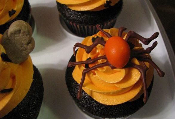 I cupcake per Halloween con tante decorazioni mostruose