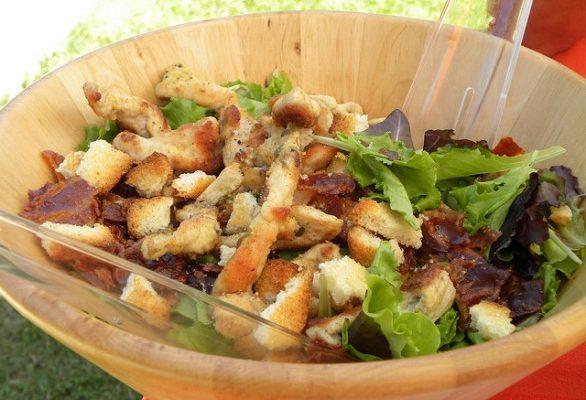 Ecco l'insalata con lo speck per il pranzo autunnale
