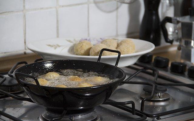 La frittura delle crocchette di pollo e mozzarella