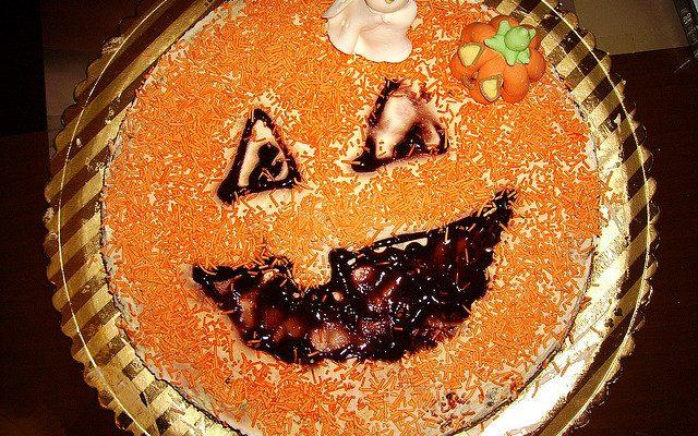 La torta a forma di zucca per Halloween: ecco la ricetta e come decorarla