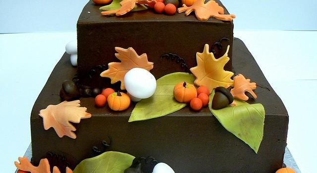 Torta d'autunno a due piani decorata in pasta di zucchero