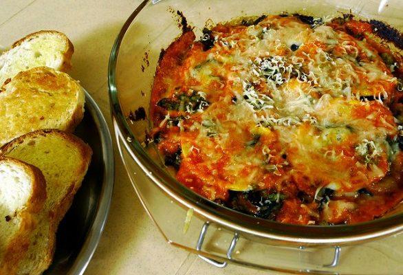 Ecco la ricetta della torta salata con le melanzane e la mozzarella filante