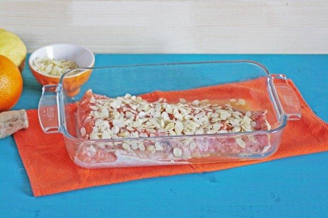 Copertura del salmone in crosta di mandorle