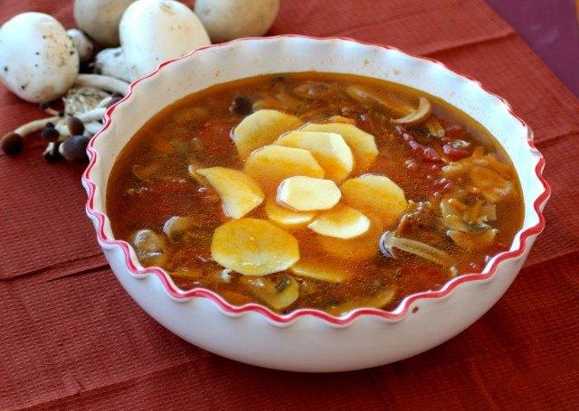 Le patate tagliate a fettine sottili aggiunte alla zuppa