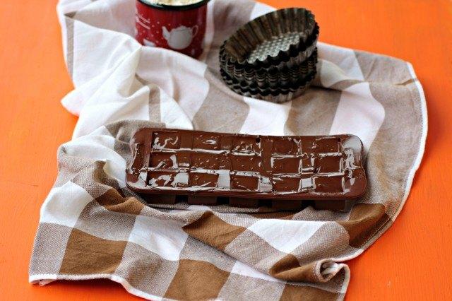 Il cioccolato fuso è stato versato all'interno degli stampini