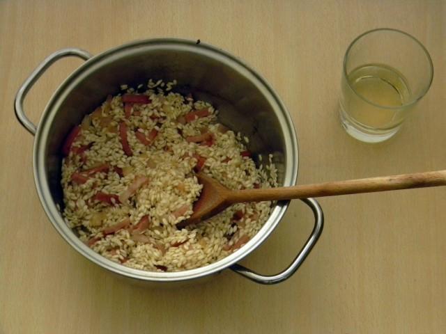 Tostatura del riso per il risotto al radicchio