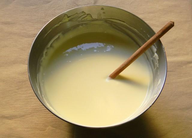 Il composto della cheesecake a base di formaggio, uovo e zucchero