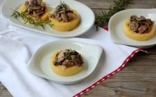 Cestini di polenta con salsiccia e funghi