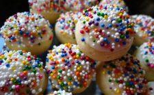 Come decorare i biscotti di pasta frolla con marmellata, cioccolato e gocce di cioccolato